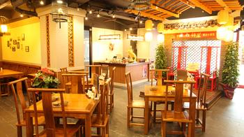 1階は広々とした空間で、1日に2~4回、中国の古典芸能「変面ショー」が無料で楽しめます。個室もあるので、女子会にもおすすめです。
