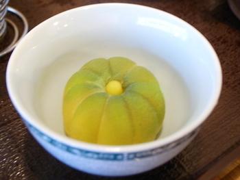 すべてのお茶には、おいしい茶菓子がセットになっています。1階は、中国茶葉販売の「緑苑」です。