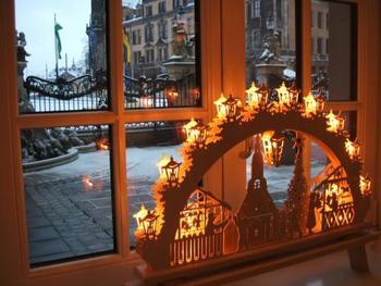 ドイツの、クリスマスを祝う伝統工芸品としてお馴染みなのがこちらのアーチ型ライト。白木を細やかな細工で切り抜いたオブジェは、外から見ても中から見ても美しい陰影を見せてくれます。