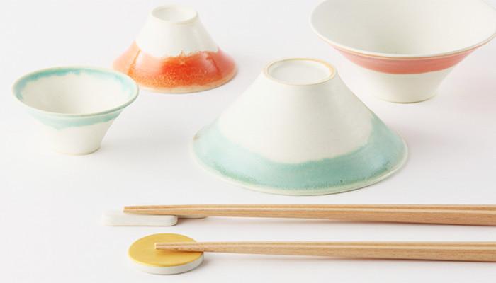青富士と赤富士の夫婦茶碗、お猪口、夫婦箸、そしてお月様と浮き雲の箸置きセットは結婚のお祝いにもピッタリ。
