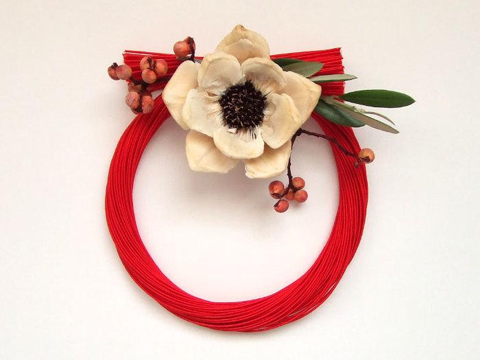 水引の束の流れがとても美しく表現されています。シンプルにお花をアレンジして、お正月らしいお飾りに仕上がっています。