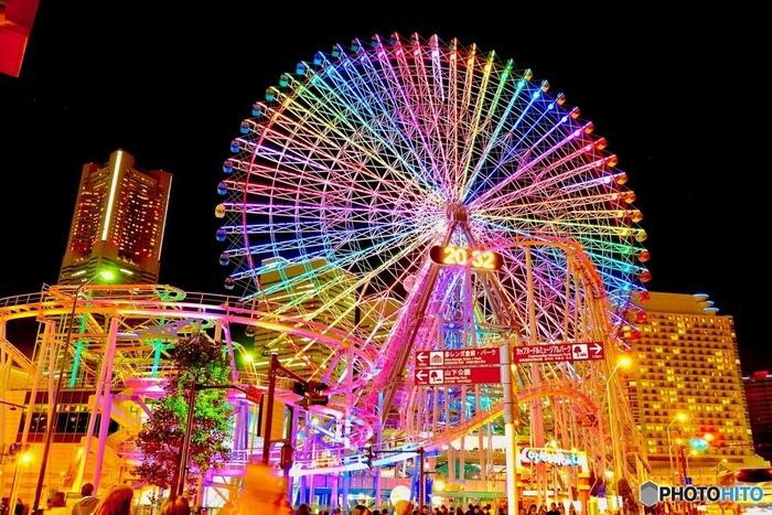 横浜市のみなとみらい地区にある遊園地、よこはまコスモワールドでは、大観覧車「コスモクロック21」が壮麗な姿へと変貌します。約100万球のLED電球によって装飾されたコスモクロック21は、虹色に輝き、みなとみらいの冬に彩りを与えています。