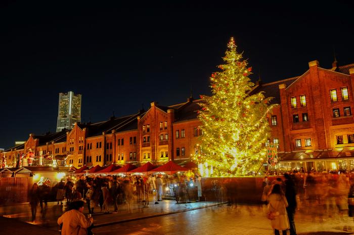 レトロモダンな雰囲気が漂う横浜赤レンガ倉庫前の広場には、毎年冬になるとクリスマスマーケットが現れます。
