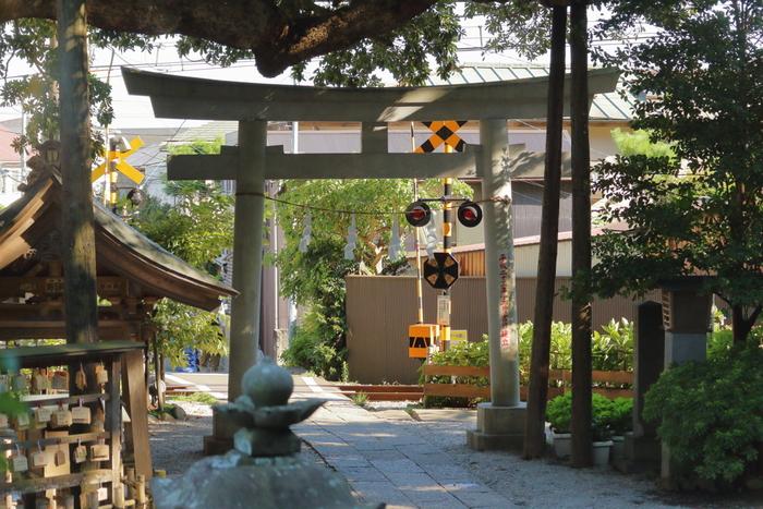 「御霊神社(ごりょうじんじゃ)」は江ノ電・長谷駅から徒歩5分ほどの場所にあります。静かで落ち着いた空間でゆっくりとお詣りできます。神社の目の前は江ノ電の踏切となっており撮影スポットとしても人気のようです。