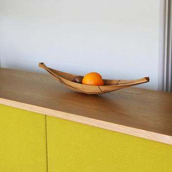 笹舟のような形の面白さが引き立つ、竹のトレー。単純な構造だからこそ、インテリアのアクセントになりますね。