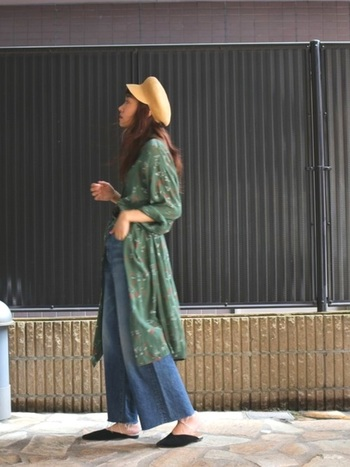 グリーンのシャツワンピースを羽織った大人のリラックススタイルに合わせたマスタードカラーのキャップが、ワンピースの落ち着いた色合いを明るく引き立てています。