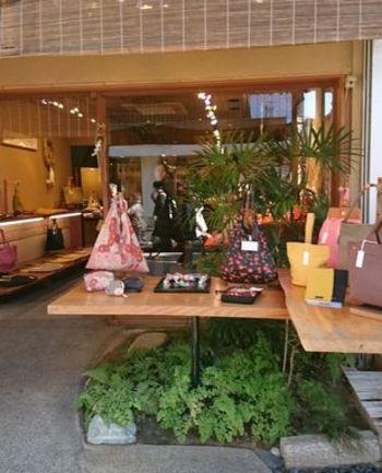 鎌倉小町通にある鎌倉帆布巾。店内にはストラップやがまぐち、ポーチ、巾着など、ちょっとした小物が素敵な和柄で揃えられていて見ているだけで楽しくなります。
