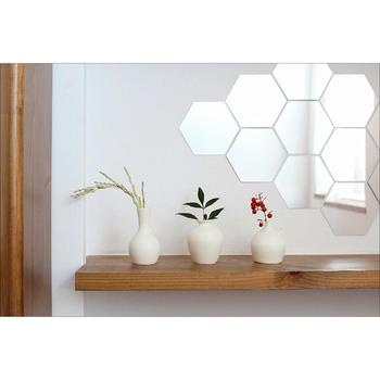 和にも洋にも合う、白で統一された花器と少しずつ生けられた花材が、シンプルながら慎ましやかな品を感じさせます。また、亀甲文様の和風ミラーが、モダンな雰囲気を後押しし、明るく居心地の良い空間を演出しています。