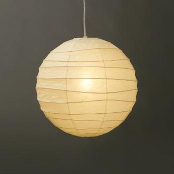 イサム・ノグチデザインの提灯モチーフの照明。手仕事の粋を感じさせるワイヤーの緩やかに波打つラインと、和紙のほんのりと揺らめく影が美しい、ジャパーニーズモダン。