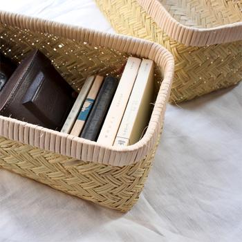 細い篠竹を素材に、丁寧に幾重にも編み込まれた竹のかごとふたのセット。時代劇に出てくる行李のように、蓋つき収納として使えます。不思議と洋風インテリアにもマッチする、自然素材が美しいかごです。