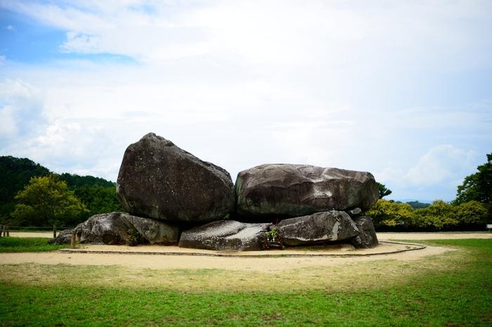 明日香村のシンボル的存在なのが「石舞台古墳」。聖徳太子と政治的に協力関係にあった蘇我馬子が埋葬されていたと言われています。国内では最大級の方墳(上から見たときに四角い古墳)です。