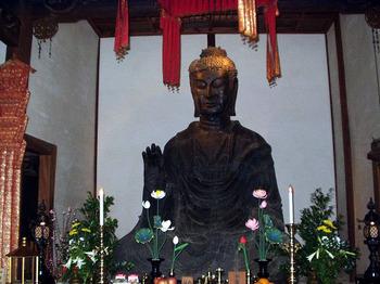 本尊の「飛鳥大仏」。日本最古の仏像です。もっとも、大仏とは言え、奈良・東大寺や鎌倉の大仏に比べると小さいサイズ。