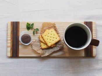 コーヒーを飲むときは一緒に甘いものもいただきたいですね。こちらはコーヒータイムにぴったりなウッドプレート。メープル・ウォールナット・ブラックチェリーを使用した寄木細工で作られています。おやつをちょこっと盛り付けて、コーヒーを一緒にのせるだけで、まるでオシャレなカフェのよう♪