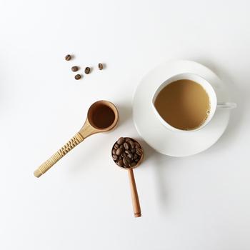 コーヒーを淹れるとき目分量ではかりがち…。でも、きちんとした道具を使えば味にバラつきもなく、いつでも美味しいコーヒーが味わえます。椅子ノ杜五郎さんのコーヒーメジャーは、1杯で約10g。木を使用しているので一つ一つ表情が違って、ずっと使っていくうちにどんどん味わい深いメジャーになりますよ。