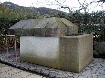 こちらは玄室の内部にあった石棺を復元したもの。石舞台古墳の外に展示されています。