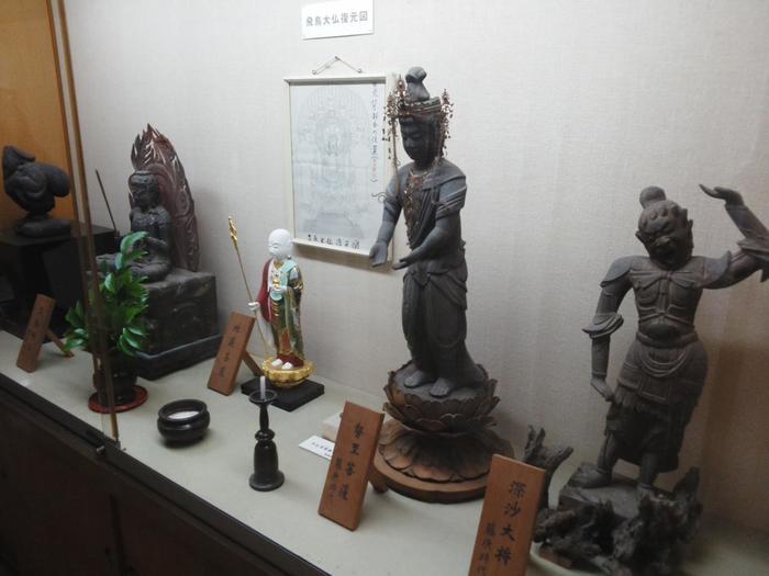 飛鳥大仏以外にも様々な仏像が安置されています。飛鳥時代のものだけでなく、平安時代のものも。