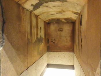 キトラ古墳内の石室を再現。朱雀(すざく)・青龍(せいりゅう)・玄武(げんぶ)・白虎(びゃっこ)の四神が壁画に描かれています。