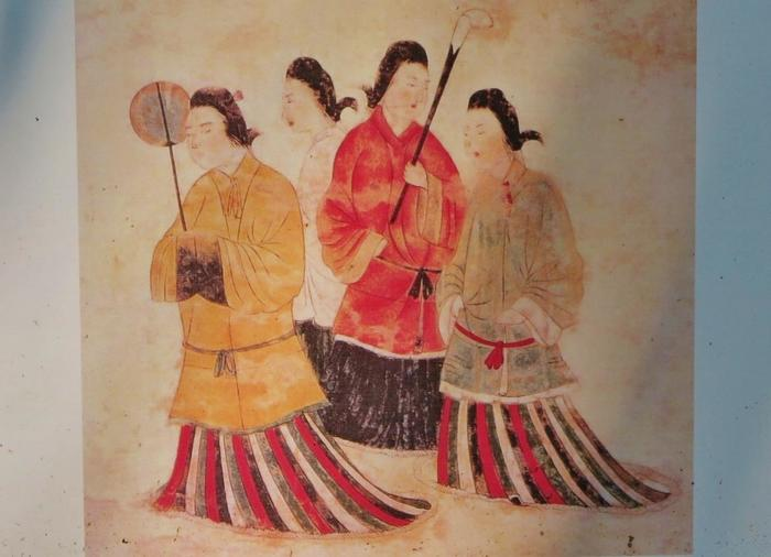 「高松塚壁画館」で見ることができる、原寸大で再現した「飛鳥美人」の模写。歴史の教科書で見たことがある人も多いのでは?壁画の他にも、高松塚古墳に副葬されていた太刀や鏡などのレプリカが展示されています。