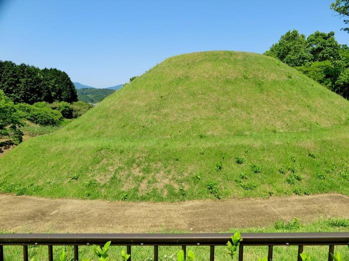 こちらは後ろから見たところ。円形に土が盛られている「円墳」であることが分かりますね。また、途中で段がついていますが、これは二段式のため。なお、誰が埋葬されていたかは説が分かれており、はっきりしていません。