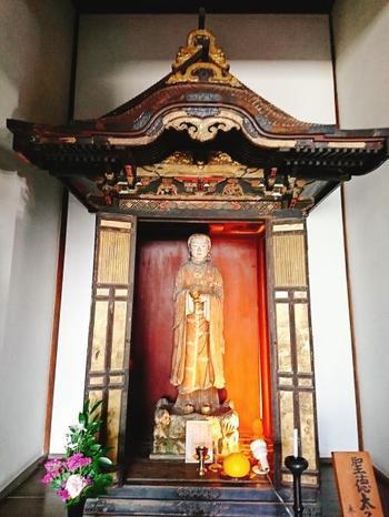 こちらは聖徳太子像。室町時代に作られたと言われています。 父である用明天皇の病気平癒のために祈っている姿なのだそう。