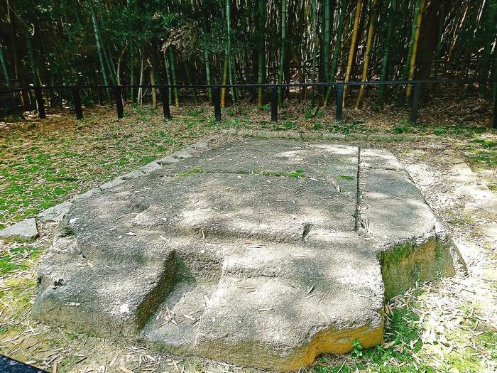 猿石の近くにある「鬼の俎(まないた)」。 元々は古墳でしたが、底石のみが残ったものと考えられているそう。