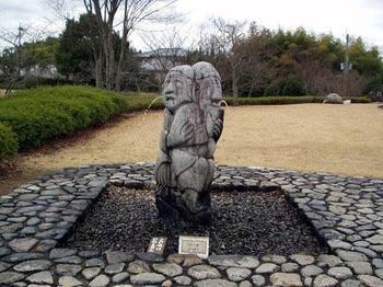 古代の噴水施設「石人像」。盃を持った男性に女性が寄り添っている像です。飛鳥資料館に展示されており、こちらの庭に置かれているのはレプリカですが、館内で本物を見ることができます。