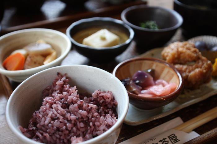 人気メニューなのが「古代米御膳」。古代米が混ぜ込まれたご飯の他、呉豆腐や地元の野菜を使ったおかずが食べられます。特に呉豆腐は食感に特徴があり絶品なのだそう。