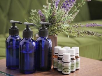 香りのリラックス効果はもちろんですが、お掃除にぴったりの、殺菌・消毒・防虫・油汚れ分解などの効果をもつアロマオイルもあるんです♪