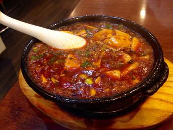 アツアツピリ辛の「麻婆豆腐」も、はずせない人気メニュー。色々な料理をシェアして楽しむのがおすすめです。