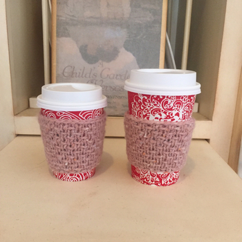 コーヒーショップのテイクアウト用コーヒーカップのスリーブの代わりに手作りのものをはめたり、愛用のマグカップにかぶせた画像が、インスタグラムなどのSNSを中心に、今、ひそかなブームとなっているんです!