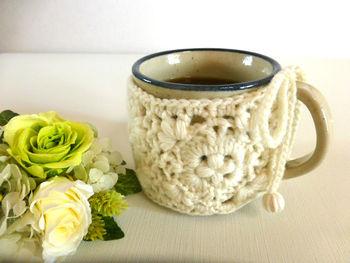 coffee cozyというネーミングですが、もちろんコーヒー以外の紅茶やココアなど他の温かい飲み物にも使えます。 マグカップがニットをまとった姿は可愛らしく、癒されますね♪