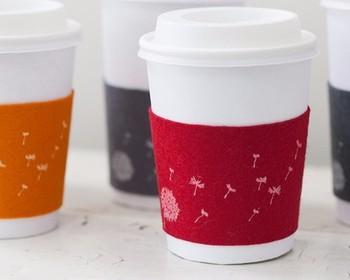 毛糸のcoffee cozyは見た目もあったかで手作り感にあふれていますが、お気に入りのファブリックor余った生地などでも作れます♪