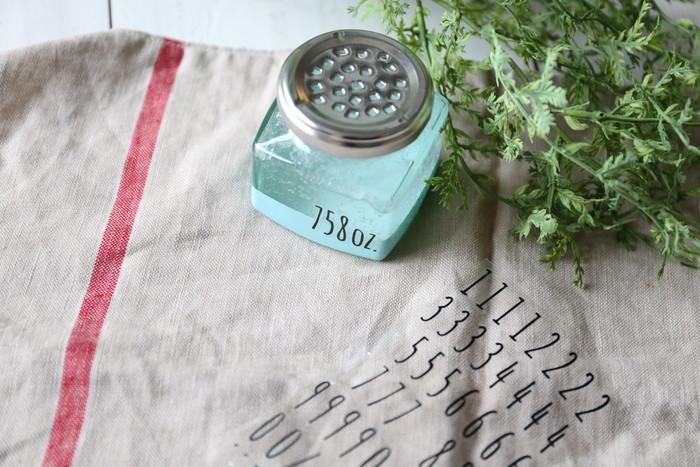 お好みの容器に入れて、フタに穴を開けたり、通気性のある布などでカバーしたりして。好きな色や柄で作るのも楽しい♪