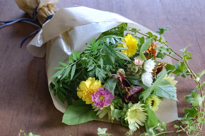 花束をもらった時や切花を買ってきた時には、そのまま花瓶に生けるのではなく「水揚げ」と呼ばれる作業を行うと美しさを長持ちさせることができますよ。水に浸かる部分の葉っぱも取り除きましょう。