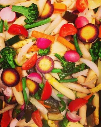 野菜がオーガニックだからこそ、もりもり食べても安心。「この野菜何て名前?」などコミュニケーションにも一役かってくれるメニューは彩り綺麗で気分も上がります。