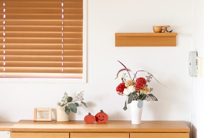 複数の花瓶を使って、それぞれ色合いを変えて、全体的な雰囲気を調整するのも素敵です。中間にオブジェを置いて、カラーバランスを整えたり、季節感を添えて。