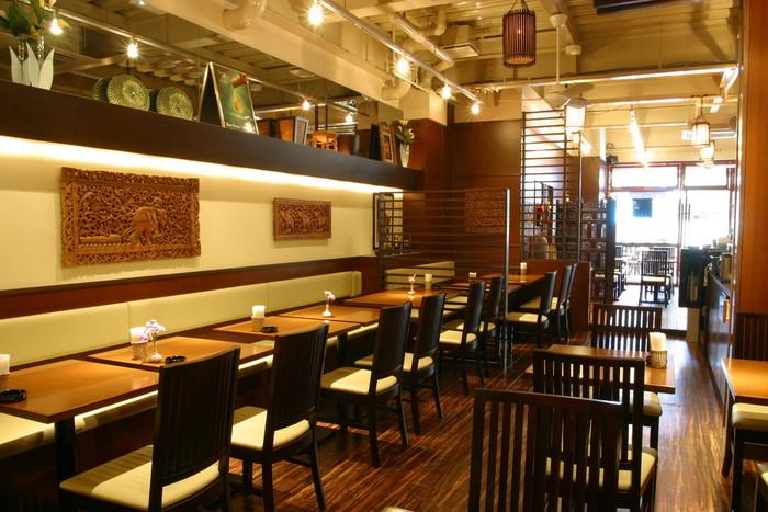 タイ国商務省商務大臣から本場のタイ料理を味わえる店として認定され「ソムオー」は、タイ料理とベトナム料理が味わえるお店です。アジアンリゾートのようなインテリアがオシャレですね。外国人のお客さんも多いそうです。