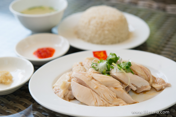 """こちらの「海南鶏飯」は… 「スチームチキンライス」と名付けられ、香り米・スープ付。柔らかいジューシーな蒸し鶏とチキンスープで炊いたご飯を、ダークソイソース、チリソース、ジンジャーソースを合わせて食べます。ライスもチキンも他店に比べて濃いめの味で、それだけでも美味しい。  こちらでは、本場でも人気の""""スチーム""""と""""ロースト""""2種類のチキンライスを試せるのは嬉しいですね。ランチは、両方ともサービス価格になりますよ。"""