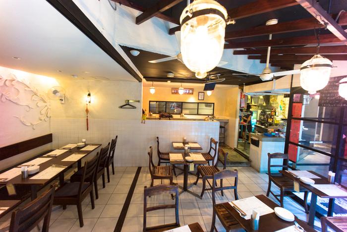 2003年に「海南鶏飯」の専門店として六本木と麻布十番の間にオープンし、2005年には2号店を恵比寿に開業。今ではラクサ、肉骨茶(バクテー)、ホッケンミーなどシンガポール料の食文化を提供する「海南鶏飯食堂」。海南鶏飯をはじめとするソースを一から手作りするコダワリの料理を、様々な経験を持つ日本人シェフ達が作り出しています。 麻布店と恵比寿店があります。こちらは、恵比寿店のインテリア。