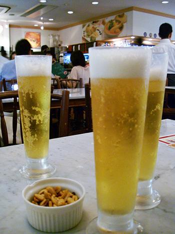 ビールが似合う、カジュアルな雰囲気の店内で、ラクサ、バクテー(肉骨茶)、シンガポール・サテー、ホッケン・ミー(炒福建面)なども味わいたいですね。