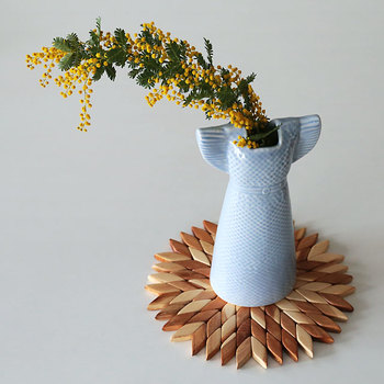 こちらはとってもユニークな、ドレスの形をした花瓶です♪作ったのは、北欧・スウェーデンを代表する人気陶芸作家、Lisa Larson(リサ・ラーソン)。