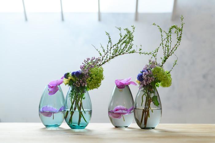 丸みのある優しい雰囲気の花瓶。シュッとしたお花にも、ちょうど良いマイルドさを加えることができるでしょう。 花びらだけを浮かせたり、かぶせたりしてもまた素敵♪