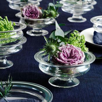 生け直しでお花の茎が短くなってしまい、ぴったりの花瓶が見つからない時には、口の広い平たい花器に生ける方法も参考にしてみてください。
