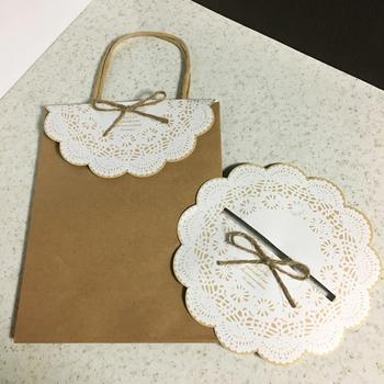 持ち手つきの紙袋には、レースとリボンでキュートに♪色と形やリボンの組み合わせなどによって、バリエーションが無限に広がります。