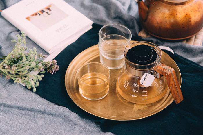 お茶の時間に花を添えるのは、使えば使うほど自分の生活に馴染んでいくお盆。経年変化を楽しみながら、ぜひ普段から使っていたいですね。ゲストを迎える機会に手に入れてみてはいかがでしょう。