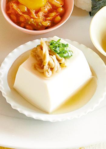 豆腐は、高たんぱく低カロリー、そしてヘルシーなので女性に嬉しい食材です。シンプルに豆腐にネギやショウガを乗せてそのまま頂いても、また湯豆腐にしても美味しいですが、それ以外のアレンジも色々楽しめるのがいいところ。そこで今回は、豆腐の基本的なお話しから、絹や木綿の豆腐アレンジレシピをご紹介したいと思います!