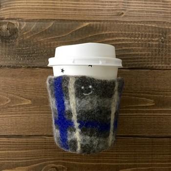 毛糸や布で作られてcoffee cozyをご紹介しましたが、フェルトで作ったものも可愛いのですよ。例えば、羊毛フェルトで手作り。温かみがあって、ほっこりしちゃいますね。