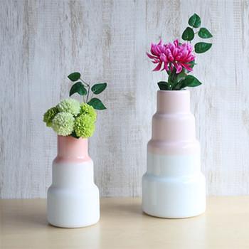 こちらは有田焼の花瓶です。ありそうでなかったモダンなデザインも魅力♪