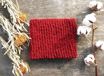 ご紹介した棒針編みはどれも一度覚えれば簡単なものばかりです。手作りでなければ味わえない温もりのあるニット小物を今からコツコツと編み始めてはいかがでしょうか?
