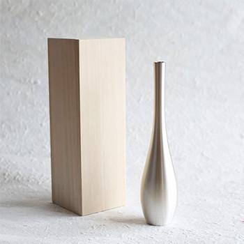 花瓶そのものがオブジェのようなアイテム。真鍮でできた金属の花瓶です。